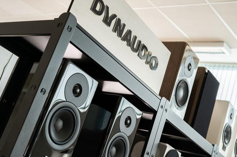 Foto af reol med Dynaudio højttalere