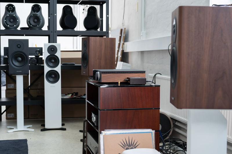 Foto af stereoanlæg, højttalere og andet